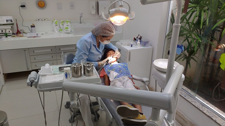 How are dental implants placed